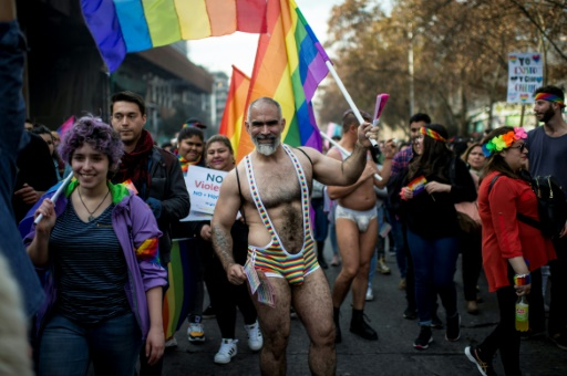 Chili: des dizaines de milliers de personnes manifestent pour les droits LGBT