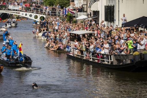Un Néerlandais tente de réaliser à la nage une course mythique de patinage