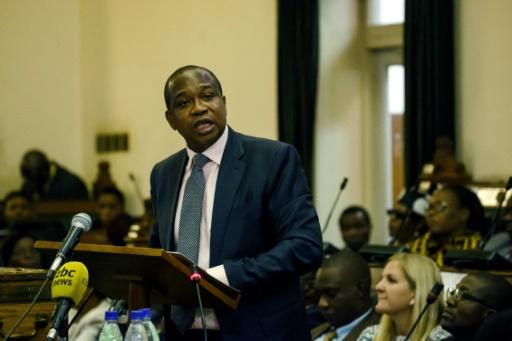 Etranglé financièrement, le Zimbabwe interdit les transactions en devises étrangères