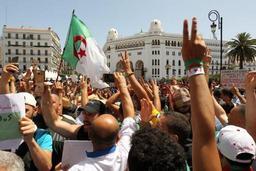 Crise en Algérie - Les étudiants manifestent, dénoncent l'interdiction du drapeau berbère