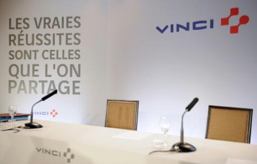 Des travailleurs sans-papiers manifestent sur un chantier Vinci à Paris