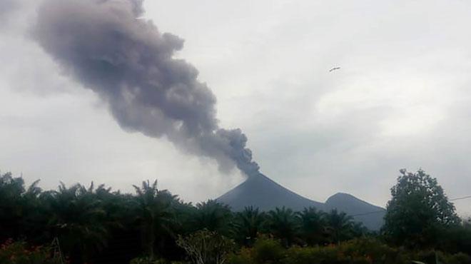 Eruption de l'un des volcans les plus dangereux du monde: des milliers de Papouasiens fuient leur domicile