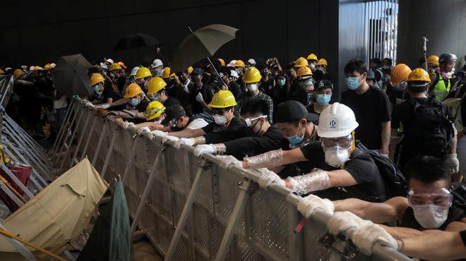 Hong Kong: les manifestants tentent de pénétrer dans le parlement