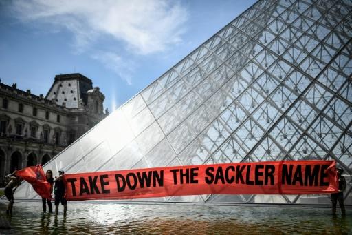 Au Louvre, manifestation contre le financement du musée par l'argent des opiacés