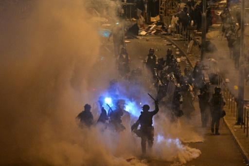 La police de Hong Kong charge et tire du gaz lacrymogène contre les manifestants