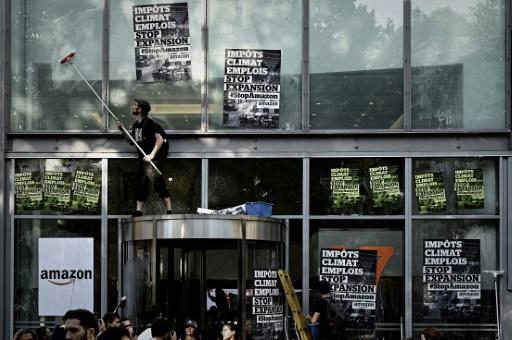 Trois sites d'Amazon France bloqués par des militants écologistes