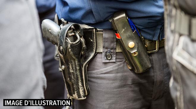 Un policier tire un coup de feu lors des débordements après le match La Louvière-Charleroi