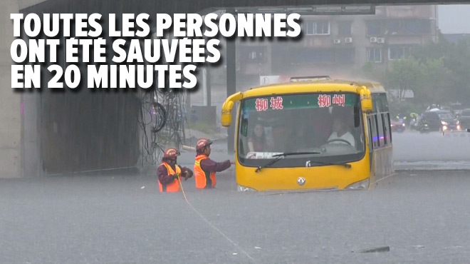 L'impressionnant sauvetage des pompiers chinois: à l'aide de cordes, ils évacuent des passagers coincés dans un bus à cause d'inondations