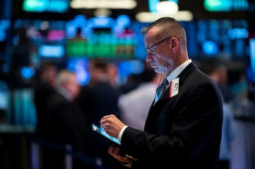 Wall Street ouvre en recul, anticipant une baisse moins forte des taux