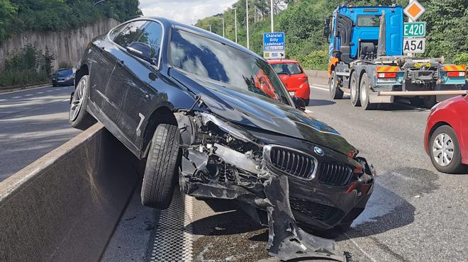 Deux voitures et un camion impliqués dans un accident sur l'A54 à Charleroi (photos)