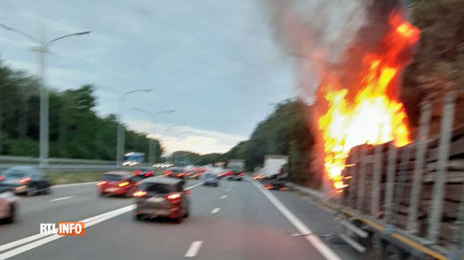 Un camion en feu a provoqué des embouteillages sur la E19 (photos)