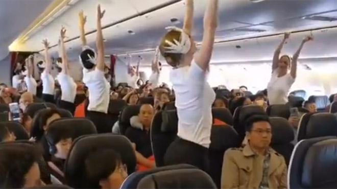 Ces passagers ont eu le droit à un spectacle prestigieux dans les couloirs de l'avion (vidéo)