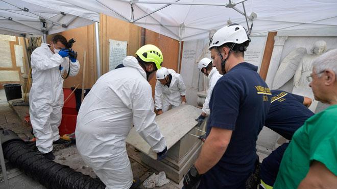 Des enquêteurs italiens ouvrent deux tombes dans l'espoir de résoudre une disparition datant de 1983: les cercueils sont VIDES