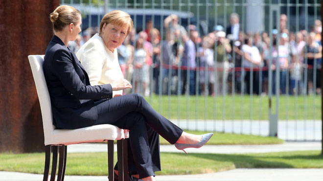 Au lendemain de tremblements, Merkel S'ASSEOIT pour les hymnes