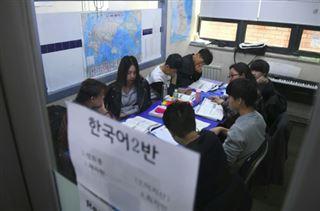 Les élèves nord-coréens qui arrivent en Corée du Sud doivent se rééduquer- chez eux, dès 6 ans, ils avaient 2h/semaine sur l'histoire de la famille Kim Jong