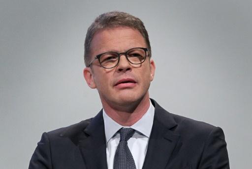 Le PDG de Deutsche Bank sur la défensive sur des costumes de luxe