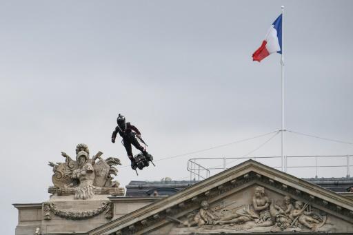 Homme volant, drones et robot au défilé du 14 juillet à Paris