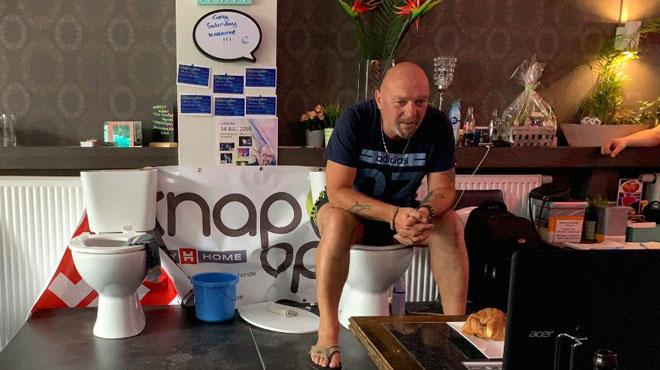 Ostende: un homme tente de battre un record en restant assis aux toilettes pendant 120 heures