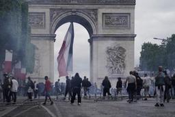 Tensions sur les Champs-Elysées occupées par des