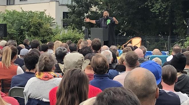 Interdit de se produire en Belgique, Dieudonné joue son spectacle devant 500 personnes dans une prairie à Verviers