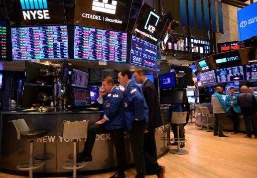 Wall Street, scrutant les résultats d'entreprises, hésite