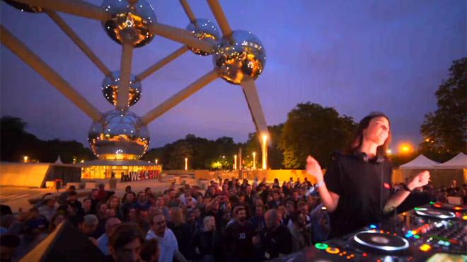 La DJ belge Amelie Lens enflamme 3000 fans devant l'Atomium (vidéo)