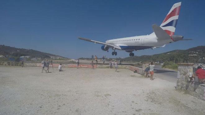 Attention danger: ces touristes se prennent en selfie à quelques mètres de l'atterrissage d'un avion (vidéo)