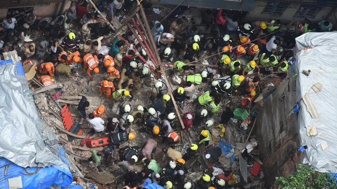 Effondrement d'un immeuble à Bombay: 2 morts, 40 disparus, des survivants coincés sous les décombres