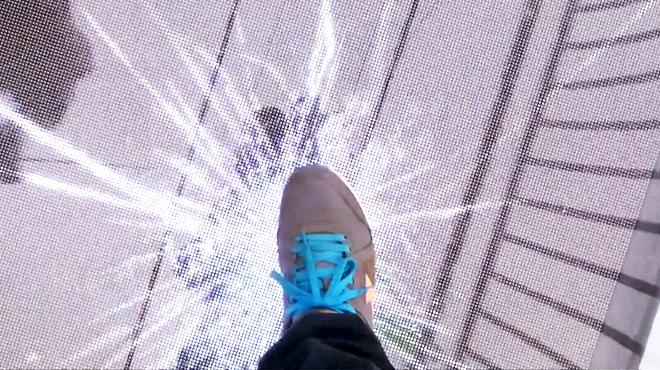 Marcher sur un pont en verre suspendu qui se fissure: une illusion effrayante