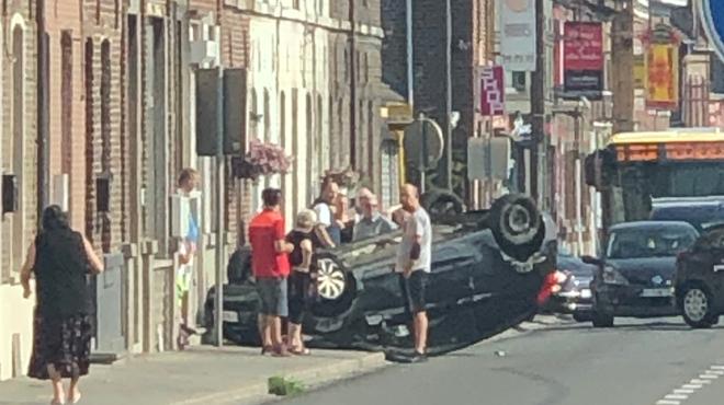 Une voiture finit sur le toit à Boussu