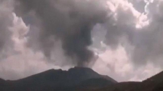 Un volcan entre en éruption au Pérou: une colonne de fumée de 6 kilomètres s'élève