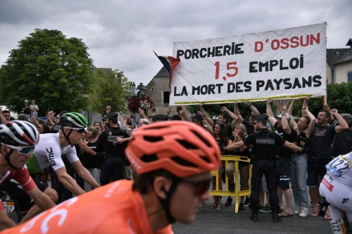Tour de France: une manifestation retarde le départ de la 14e étape