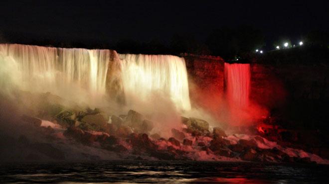 Pour la première fois, les chutes du Niagara s'illuminent aux couleurs du drapeau belge