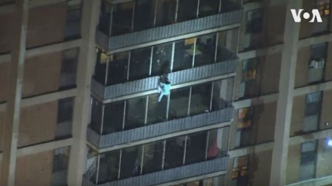 Il échappe à un incendie en descendant la façade de l'immeuble à main nue (vidéo)