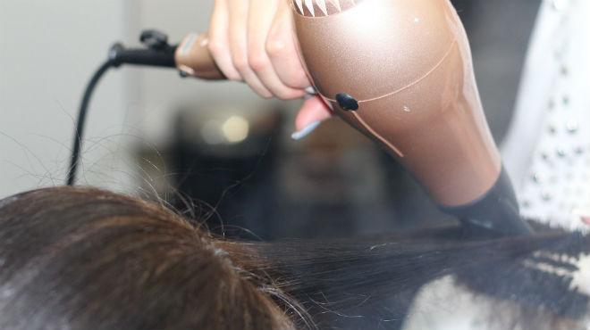 Elle s'offre une permanente à 220 euros mais ressort avec les cheveux complètement brûlés: