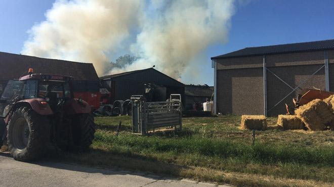 Une grange en feu à Oeudeghien, dans le Hainaut