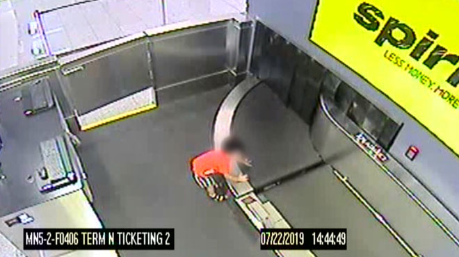 Un enfant de 2 ans s'offre un dangereux voyage sur le tapis roulant des bagages d'un aéroport