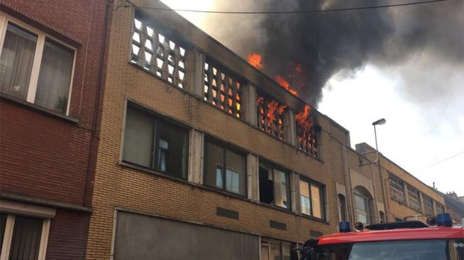Incendie à Molenbeek: la chaleur a compliqué l'intervention, des pompiers