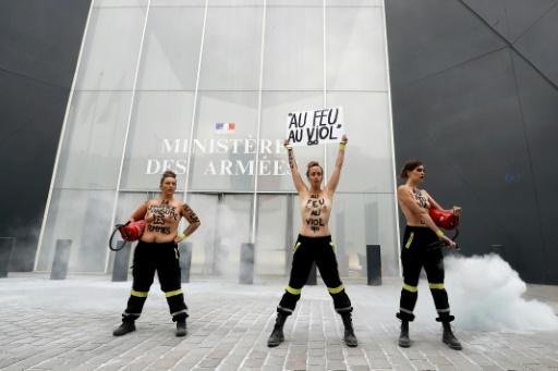 Action de Femen contre le renvoi de pompiers en correctionnelle pour