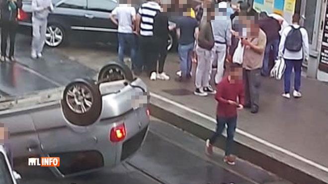 Une voiture finit sur le toit à Schaerbeek: le conducteur a abandonné sa passagère blessée pour s'enfuir