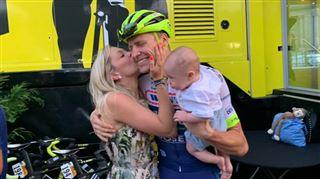 Tour de France- à peine descendu de son vélo, le Belge Kévin van Melsen demande sa compagne en mariage