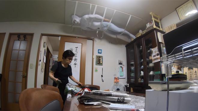 Suspendu au plafond, il se cache dans le salon: comment réagiriez-vous à la place de sa grand-mère? (vidéo)
