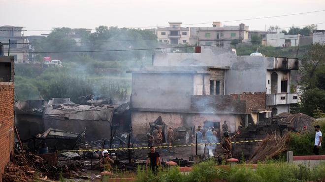 Un avion militaire s'écrase sur des habitations au Pakistan, faisant 18 morts