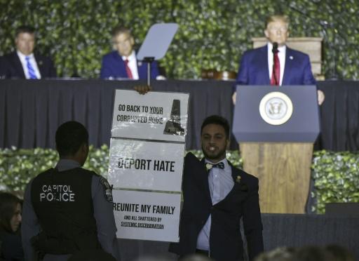 Accusé de racisme, Trump voit l'un de ses discours perturbé