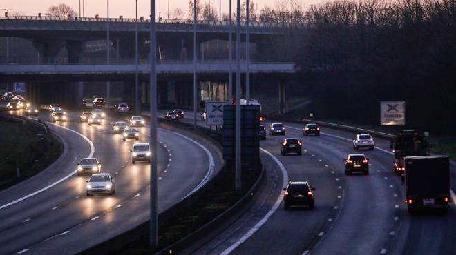 Accident sur le ring de Bruxelles: un camion transportant des produits toxiques en feu