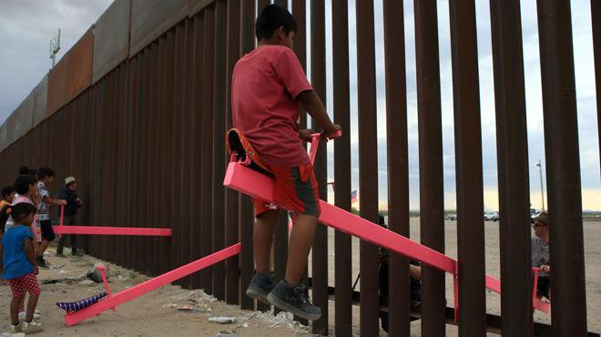 Des balançoires roses installées à la frontière entre les USA et le Mexique: un symbole fort contre le projet de Trump