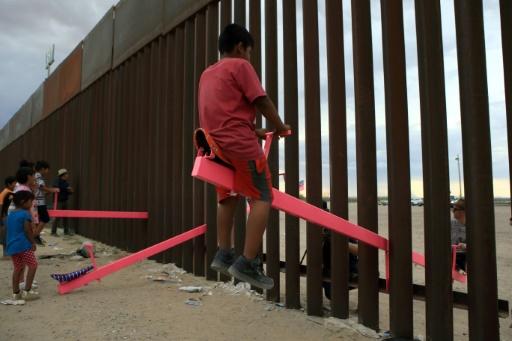 Des balançoires pour rapprocher les enfants à la frontière américano-mexicaine