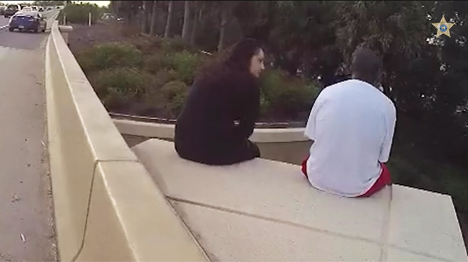 Cristina récite les paroles d'une chanson de Linkin Park pour empêcher un homme de sauter d'un pont