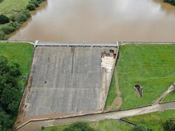 Ville anglaise menacée par la rupture d'un barrage: les secours à pied d'oeuvre