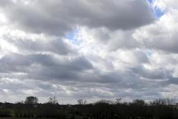 Un ciel nuageux lundi après-midi